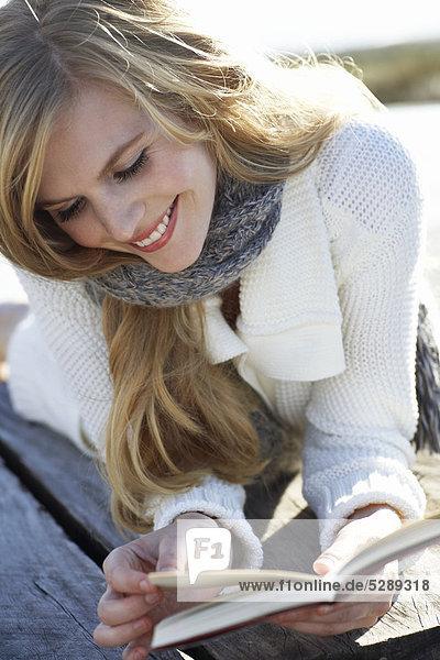 Glühend blonde Mädchen  ein Buch zu lesen