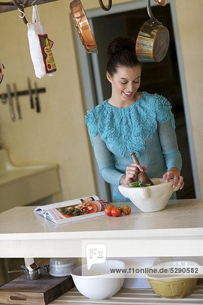 Schöne Brünette  die Zubereitung von Speisen