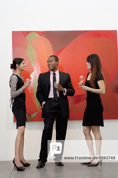 Junge Führungskräfte  die ein Gespräch an Malerei in Kunst-Galerie