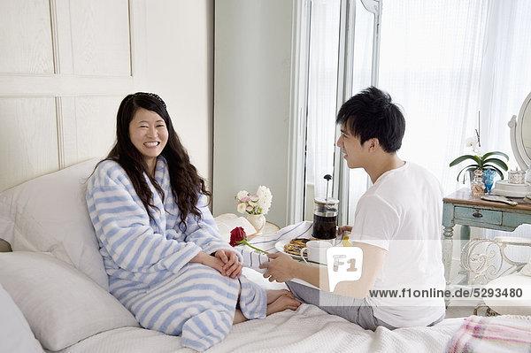 Mann geben stieg auf Frau im Bett
