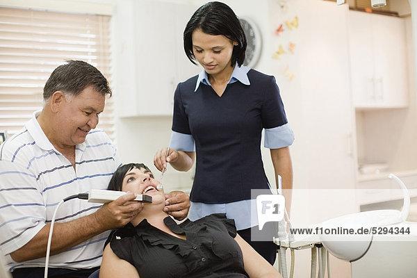 Frau  Assistent  arbeiten  Zahnarzt