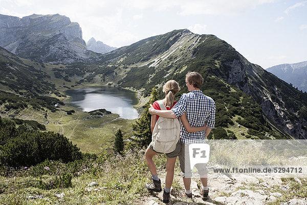 Paar mit Blick auf die ländliche Landschaft