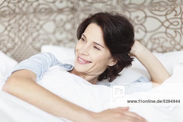 hoch  oben  sitzend  Frau  lächeln  Bett
