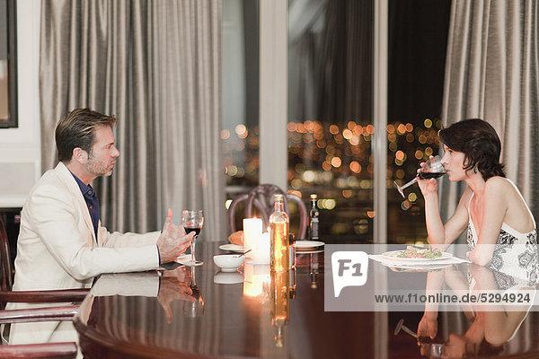Paar beim romantischen Abendessen zu Hause