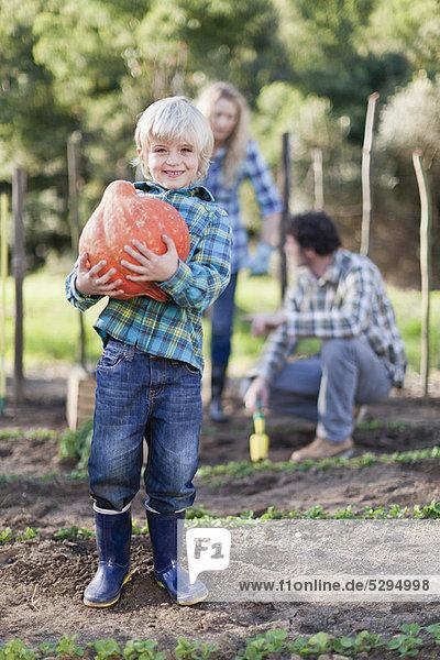 tragen  Junge - Person  Garten  Schale