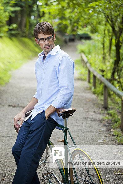 Mann auf dem Fahrrad auf dem Feldweg
