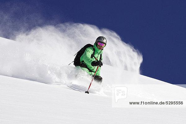 Skifahrer auf verschneiter Piste