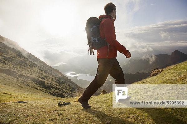 Wandern auf der grasbewachsenen Bergspitze
