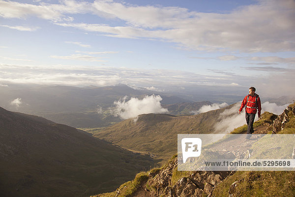 Wandern auf felsigem Berggipfel