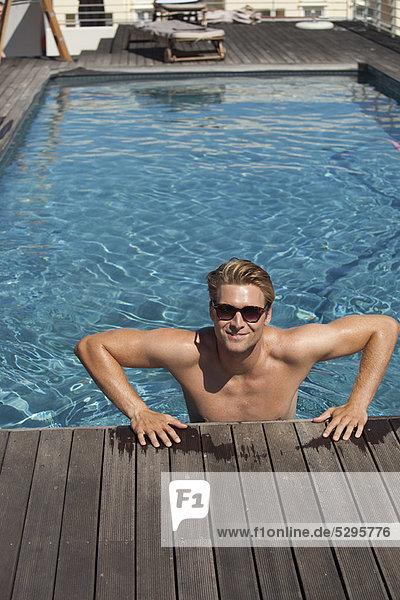 Mann Schwimmbad aussteigen