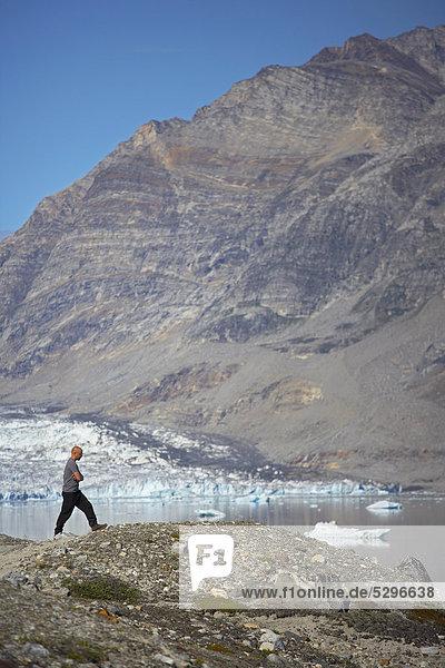 Mann zu Fuß auf felsigen Hügel