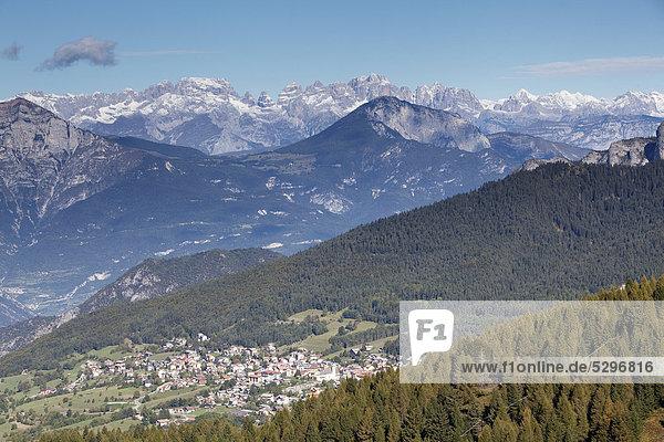 Blick auf Sette Comuni mit Brenta und Adamello  Folgaria  Trentino  Italien  Europa