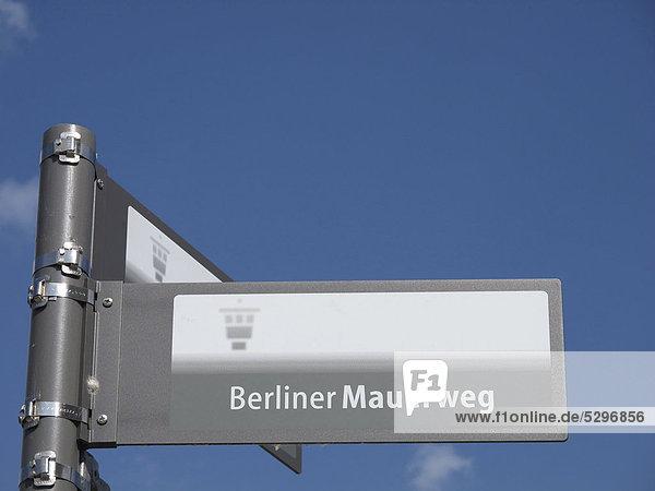 Schild Berliner Mauerweg  Berlin  Deutschland  Europa