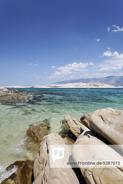 Steinformation in einer einsamen Bucht auf der Insel Pag  Zadar  Kroatien  Dalmatien  Europa