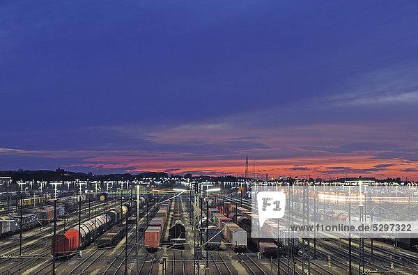 Nachtaufnahme  G¸terz¸ge auf dem Rangierbahnhof Maschen bei Hamburg  Deutschland  Europa  ÷ffentlicherGrund