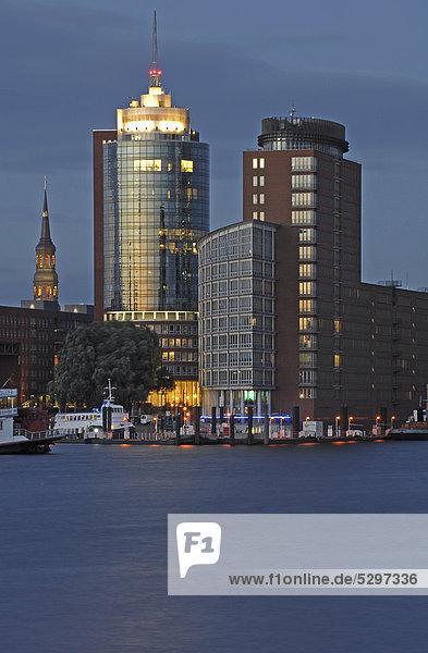 Nachtaufnahme  Hamburger Hafen  Kehrwiederspitze  Hafencity  Hamburg  Deutschland  Europa