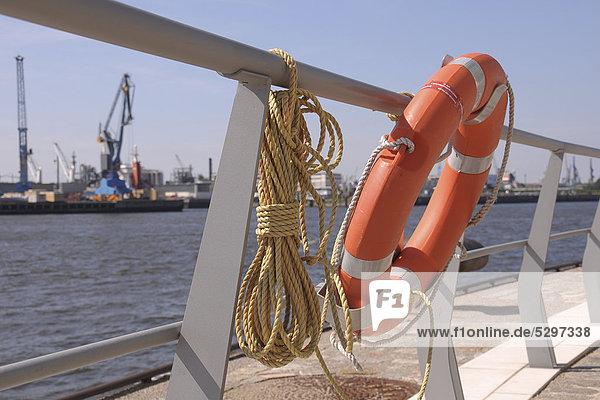 Rettungsring an einer Reling im Hamburger Hafen  Hafencity  Hamburg  Deutschland  Europa Rettungsring an einer Reling im Hamburger Hafen, Hafencity, Hamburg, Deutschland, Europa
