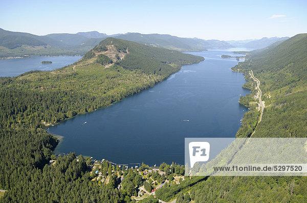 Luftaufnahme  nˆrdlicher Arm des Cowichan Lake Sees mit dem Berg Bald Mountain in der Mitte  Blick nach Westen  Vancouver Island  British Columbia  Kanada