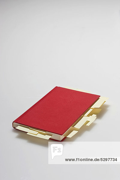 Rotes Buch mit Post-its