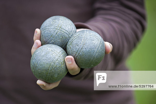 Spieler h‰lt Boule-oder PÈtanque-Kugeln in der Hand  Colmar  Frankreich  Europa