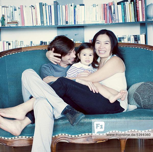 Familie entspannt auf der Couch  Portrait