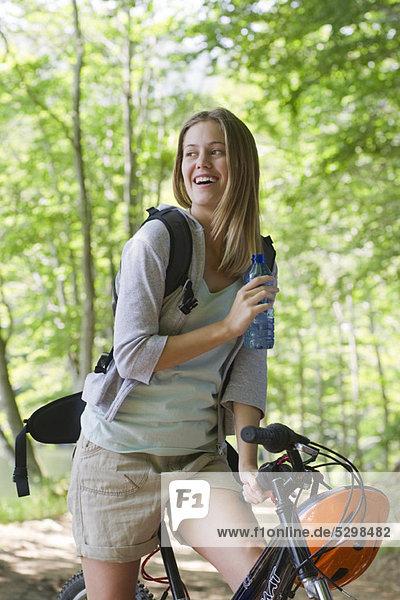 Frau Radfahren im Wald  Portrait