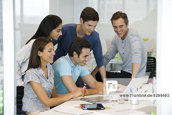 Kollegen  die mit dem Laptop arbeiten