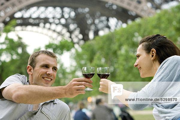 Paar klirrende Weingläser im Freien