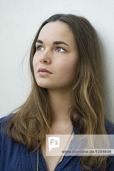 Junge Frau träumt  Porträt