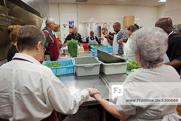 Einkaufszentrum  Armut  arm  arme  armes  armer  Bedürftigkeit  bedürftig  geben  führen  Küche  Jacke  schwarz  Religion  Freiwilliger  Frühstück  katholisch  Detroit  Michigan  Ordnung  Gebet  Suppe