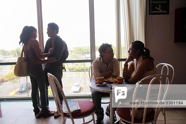 Managua  Hauptstadt  junger Erwachsener  junge Erwachsene  Frau  Mann  Soziale Beziehung  Fenster  Stuhl  berühren  Hispanier  Cafe  Einkaufszentrum  Tisch  Nicaragua  Romantik