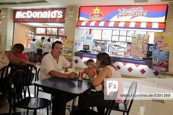 Fast Food  takeaway  junk  Managua  Hauptstadt  Einkaufszentrum  Frau  Mann  Stuhl  Junge - Person  Hispanier  kaufen  Huhn  Gallus gallus domesticus  Tisch  Nicaragua