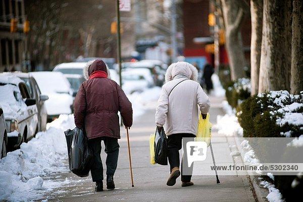 benutzen  Spazierstock  Stock  Frau  gehen  Senior  Senioren  kaufen  Nachbarschaft  neu