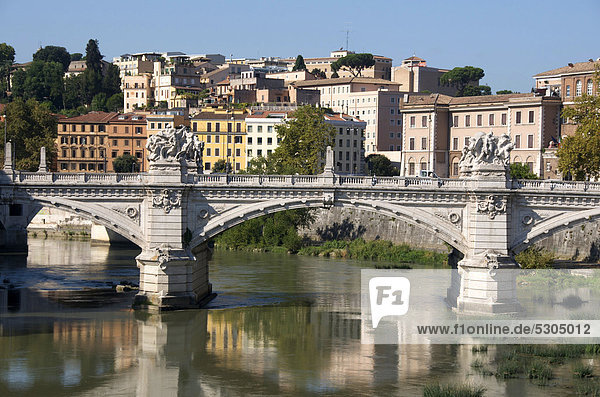 Brücke Ponte Vittorio Emmanuel II über den Tiber  Rom  Italien  Europa
