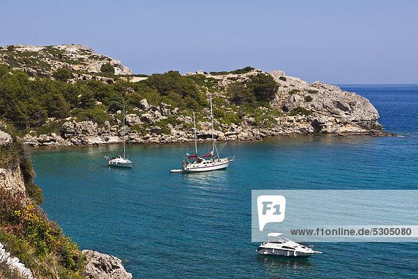 Segelschiffe in der Ladiko Bucht  in der Nähe von Faliraki  Rhodos  Griechenland  Europa