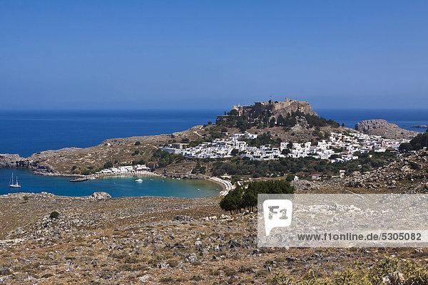 Lindos Bucht  Lindos mit der Akropolis  Rhodos  Griechenland  Europa