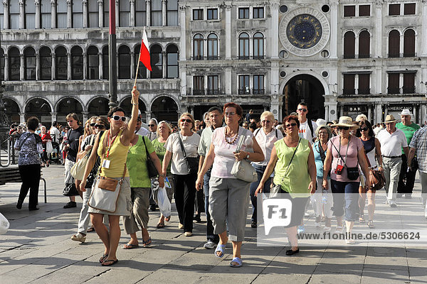 Touristen  Reisegruppe  Markusplatz  Venedig  Venetien  Italien  Europa