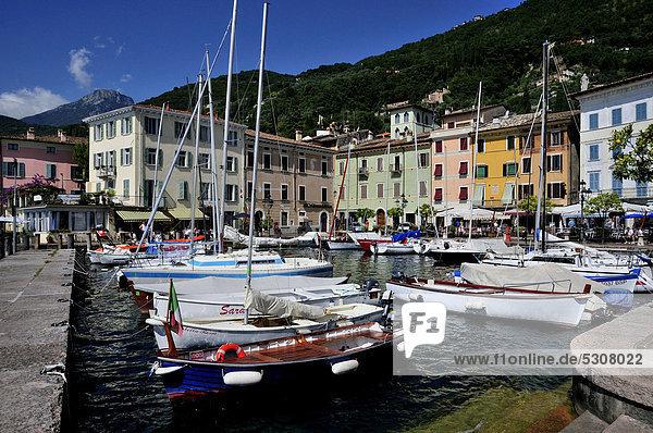 Hafen von Gargnano  Gardasee  Trentino  Italien  Europa
