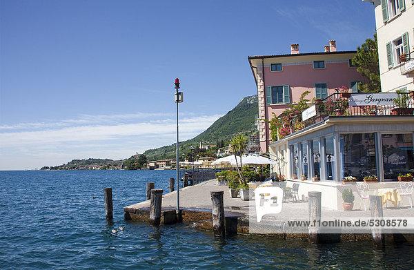 Restaurant am Seeufer  Hafen von Gargnano  Gardasee  Provinz Brescia  Lombardei  Italien  Europa