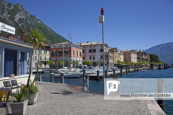 Seepromenade und Hafen von Gargnano  Gardasee  Provinz Brescia  Lombardei  Italien  Europa