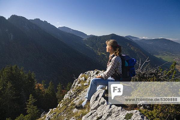 Frau auf Kofel-Gipfel  Oberammergau  Ammergauer Alpen  Oberbayern  Bayern  Deutschland  Europa