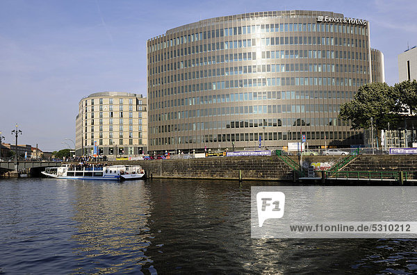 Ernst & Young Wirtschaftsprüfer GmbH  Hotel Melia  Friedrichstraße am Reichstagsufer  vom Spreeufer aus  mit Ausflugsboot  Berlin  Deutschland  Europa  ÖffentlicherGrund