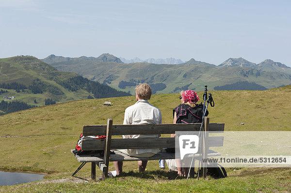 Rast  Wandern  Mann und Frau sitzen auf einer Bank  Hackelberger Seen  Seetörl  Saalbach-Hinterglemm  Kitzbüheler Alpen  Land Salzburg  Österreich  Europa