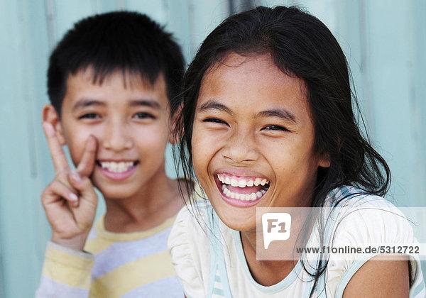 Lachender Junge und lachendes Mädchen in Kambodscha  Asien Lachender Junge und lachendes Mädchen in Kambodscha, Asien