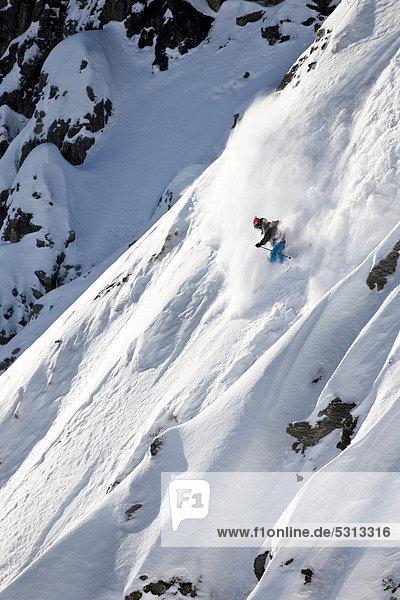Freerider im tiefverschneiten Gelände  Arlberg  Nordtirol  Österreich  Europa