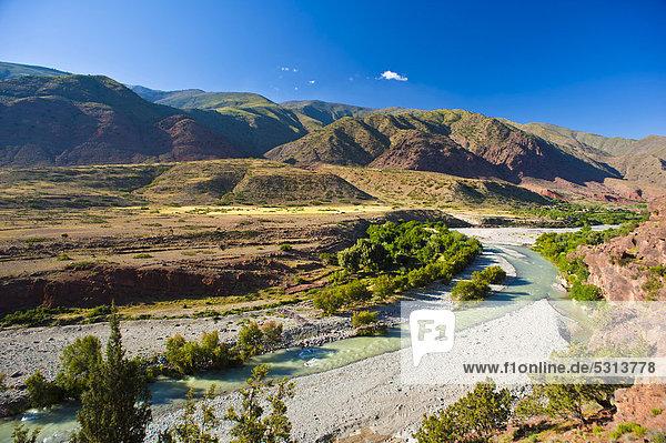 Berglandschaft mit Flusstal im Hohen Atlas  Passstraße Tizi-n-Test  Südmarokko  Marokko  Afrika