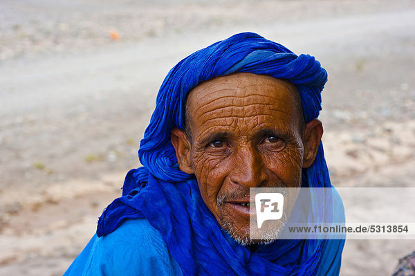 Friendly elderly Berber man wearing a blue turban  portrait  Skoura  Dades Valley  Morocco  Africa