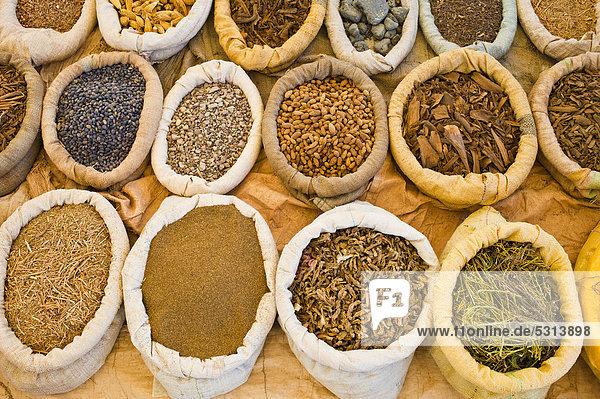 Gewürze in Säcken werden auf einem Souk  Wochenmarkt  zum Verkauf angeboten  südliches Marokko  Afrika