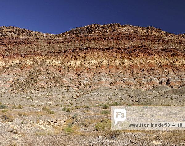 Vermilion Cliffs  verschiedene Gesteinsschichten  nahe Quail Creek State Park  Hurricane  Utah  Vereinigte Staaten von Amerika  USA
