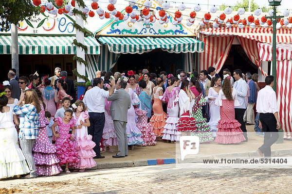 Junge Frauen und Mädchen in Flamencokleidern  Festwoche Feria de Abril in Sevilla  Andalusien  Spanien  Europa